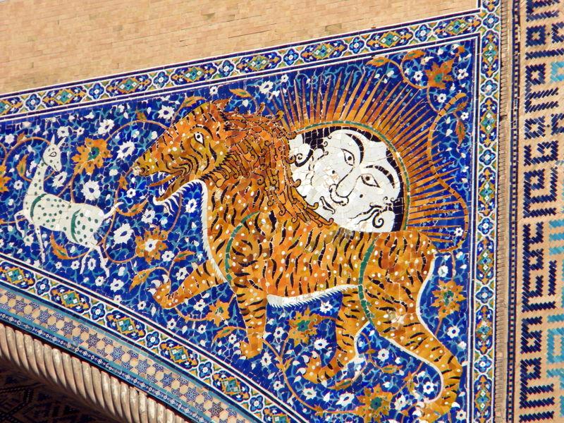 DSCN6035-Détail du portail de la médersa Cher-Dor, un lion-tigre.