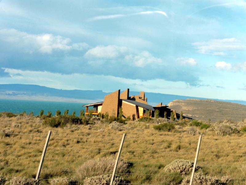L'hôtel, isolé près du lac Argentino