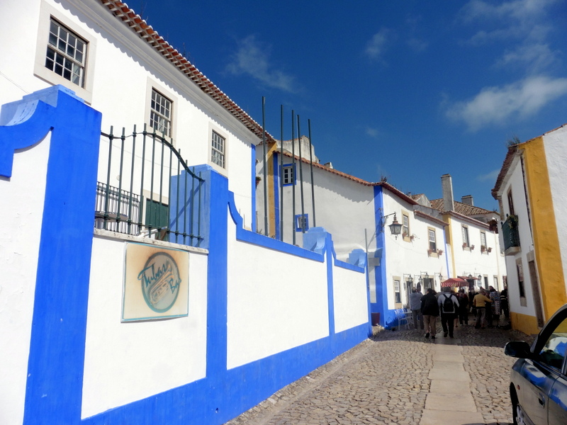 Maisons rayées de bleu et d'ocre