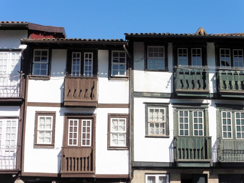 Jolis balcons de bois