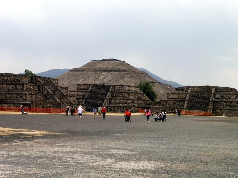 Édifices adossés à la pyramide de la Lune