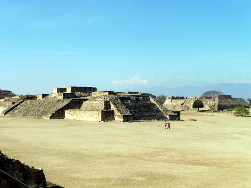 La place principale et, sur la droite, l'édifice L dit des Danseurs