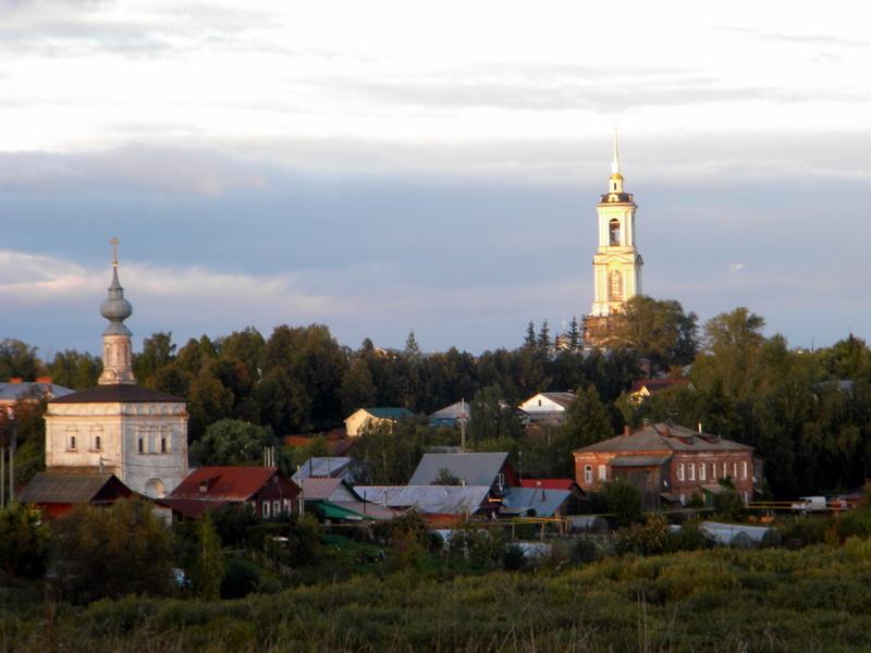 Au loin, le clocher du monastère de la Déposition de la Robe