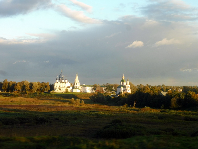 Au loin, la cathédrale de la Nativité et l'église du prophète Élie