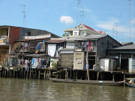 Maisons-sur-pilotis-sur-les-bords-du-Mékong-Vietnam.jpg