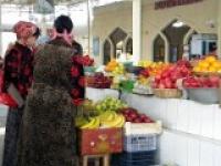 Clientes à l'étal du fruitier