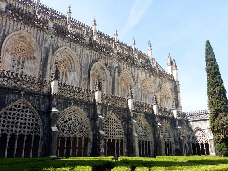 Façade sud de l'église et galerie du cloître