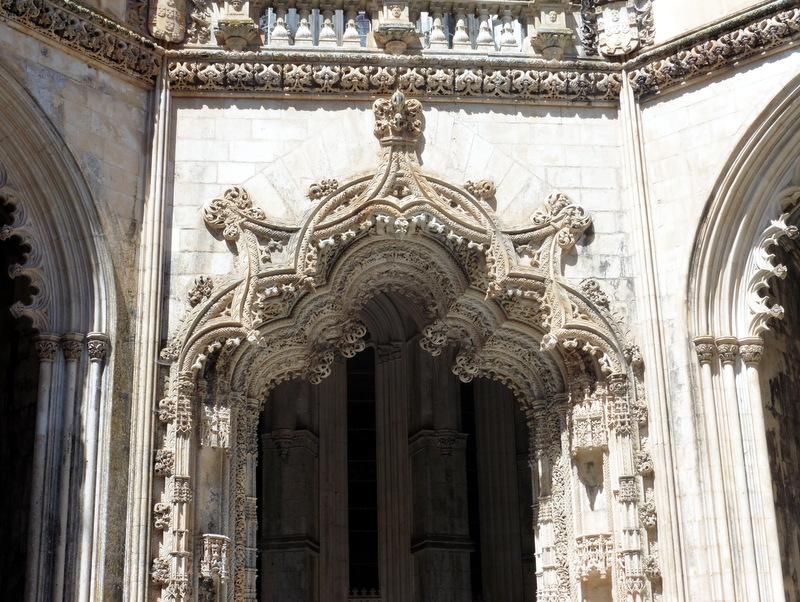 Entrée sculptée d'une chapelle