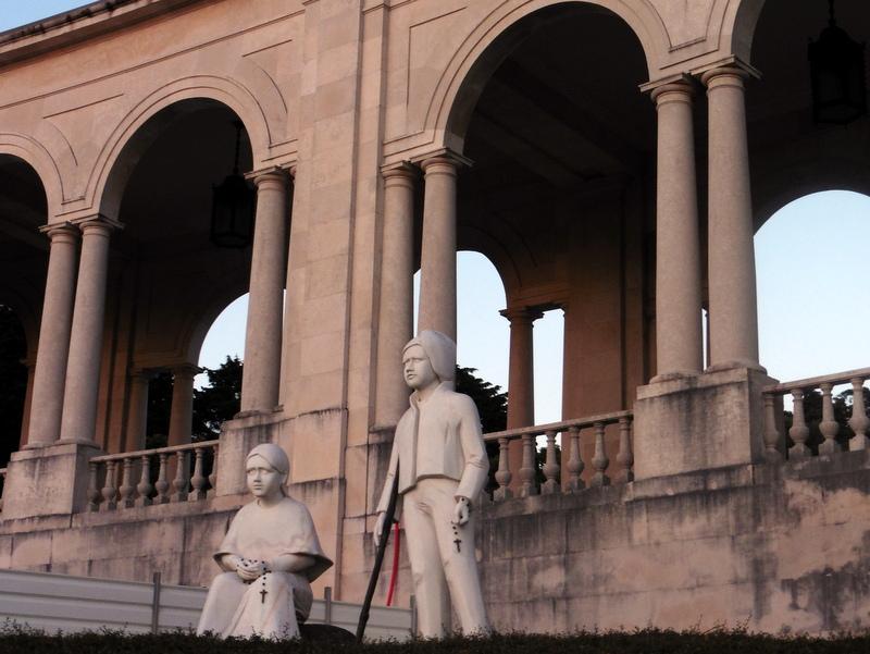Statues de François et de Jacinte sur l'esplanade