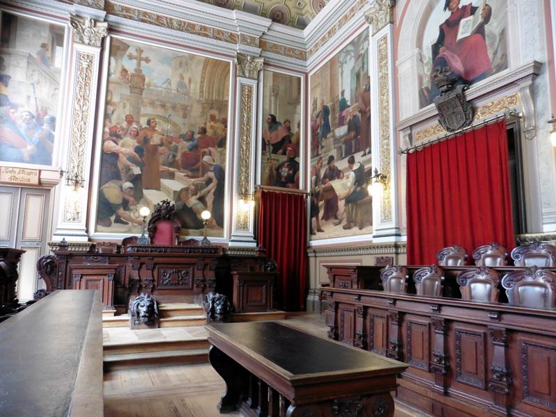 La salle de l'ancien tribunal de commerce
