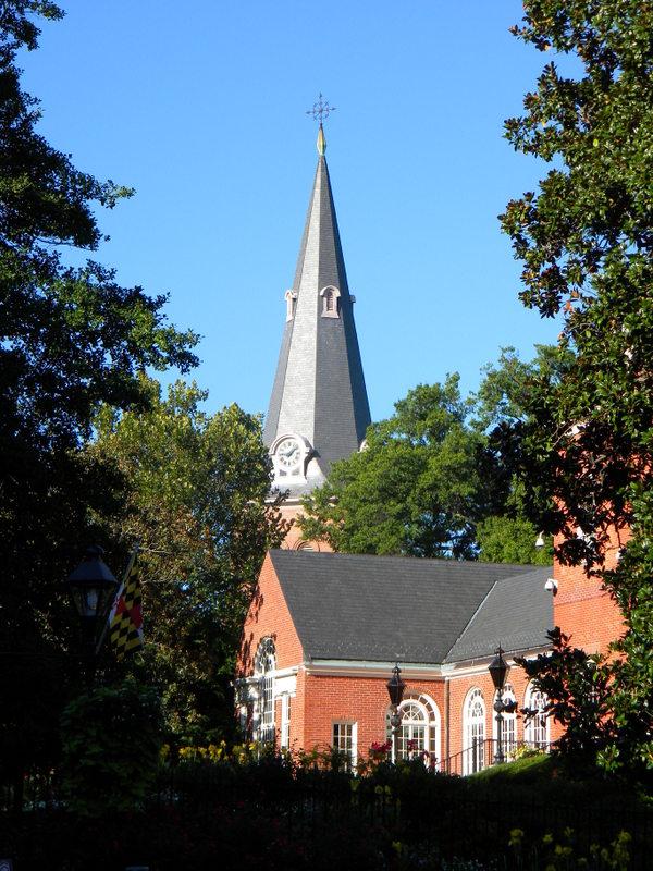 L'église Sainte Anne au milieu de verdure