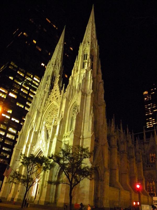 La cathédrale Saint-Patrick de nuit