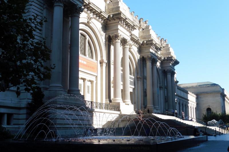Devant le Metropolitan museum of art