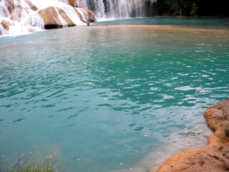 Bassin aux eaux turquoise