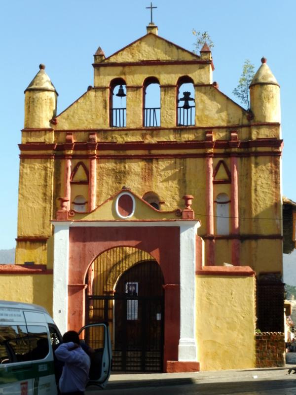 Église à façade ocre