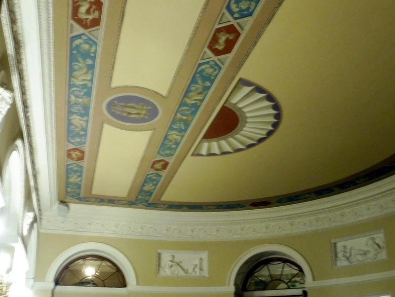 Le plafond de la petite salle de danse
