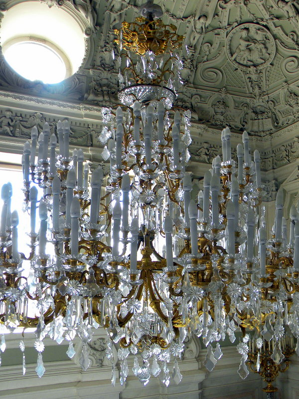 Le lustre en haut de l'escalier