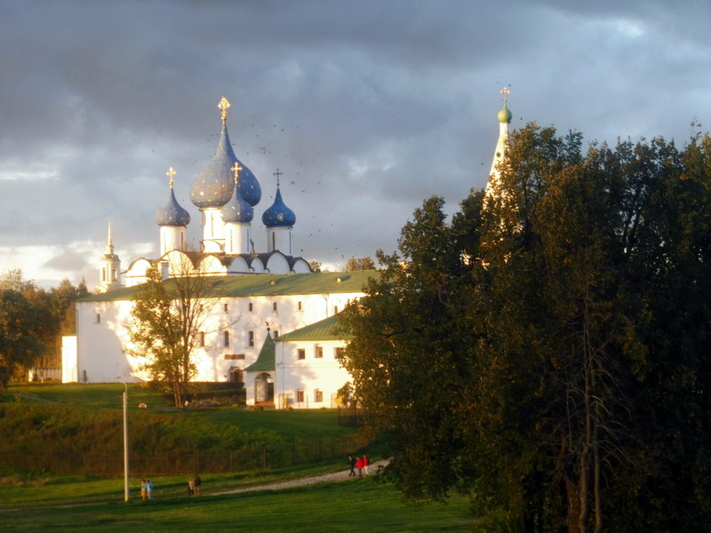 Le palais des archevêques au toit vert et la cathédrale de la Nativité