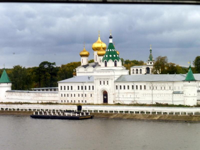 Le monastère Saint-Hypatius, vu de la Volga