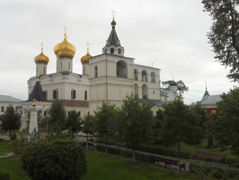À droite, le clocher
