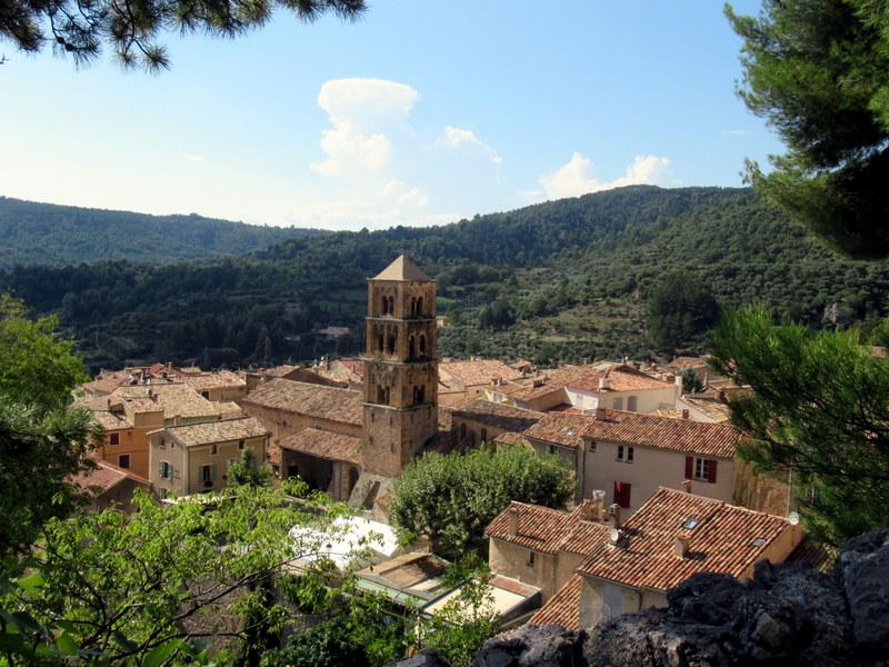 Moustiers-Sainte-Marie, le village vu depuis la chapelle Notre-Dame de Beauvoir