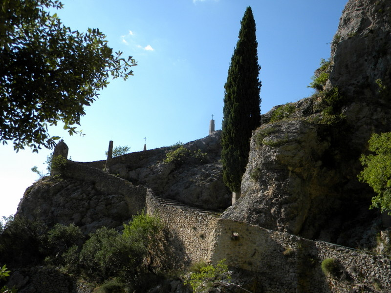 Moustiers-Sainte-Marie, Chemin en lacets vers Notre-Dame de Beauvoir