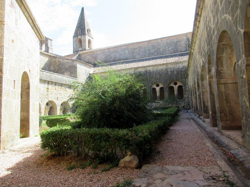 Abbaye du Thoronet, cour du cloître