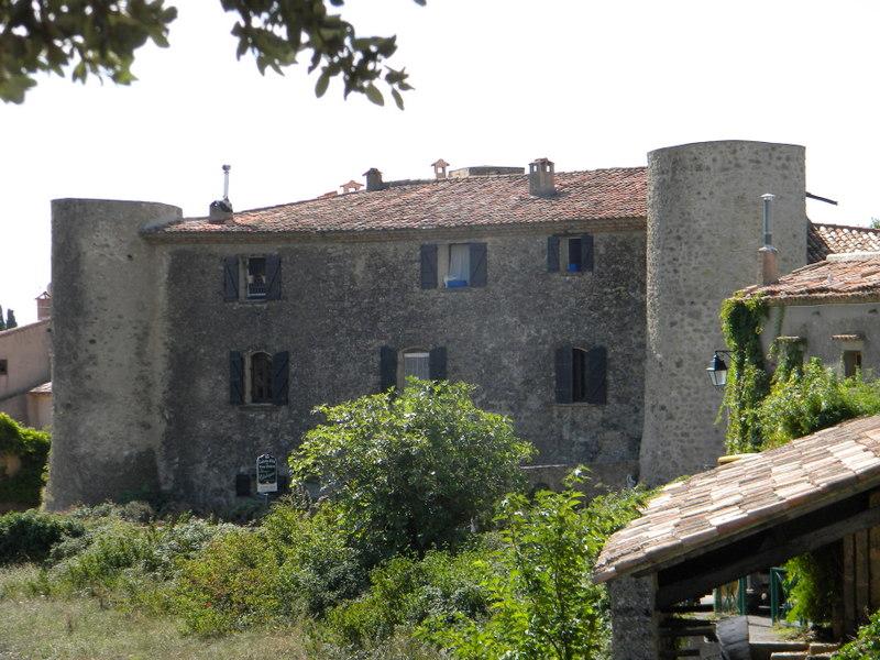 Tourtour, château à tourelles