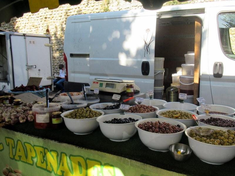 Valensole, olives présentées dans des saladiers, différents parfums ou assaisonnements