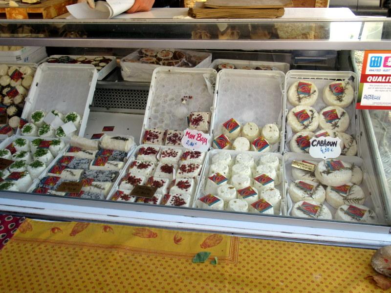 Valensole, petit marché, fromages de chèvre locaux