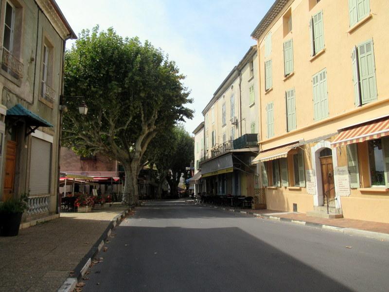 Valensole, rue principale avec à gauche la brasserie du Plateau