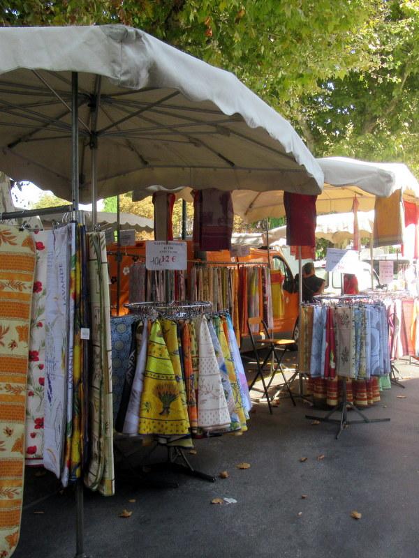 Marché de Forcalquier, nappes et tabliers à motif provençal