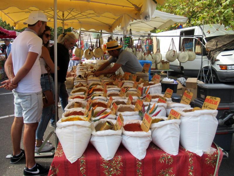 Marché de Forcalquier, épices variées