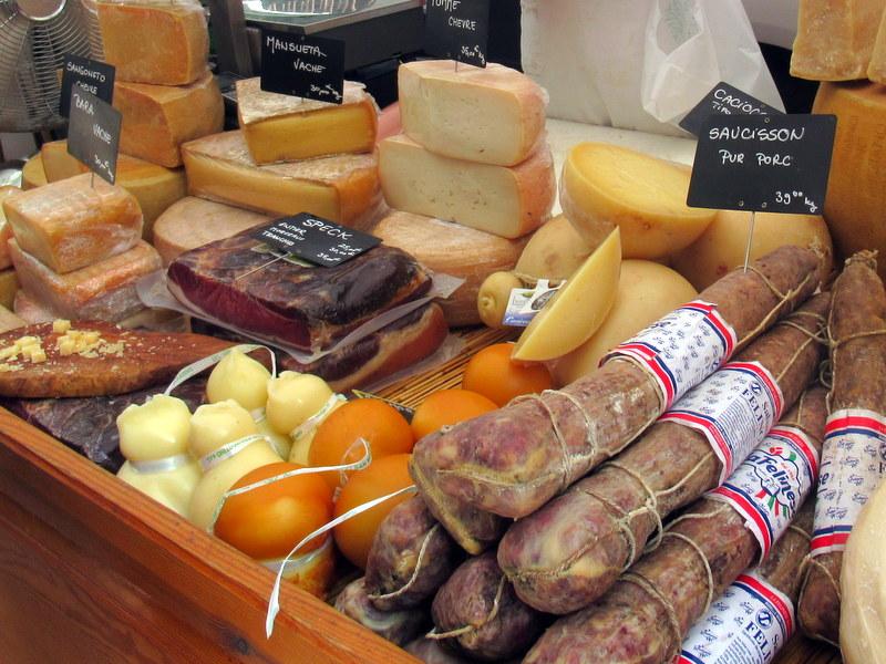 Marché de Forcalquier, fromages, charcuterie