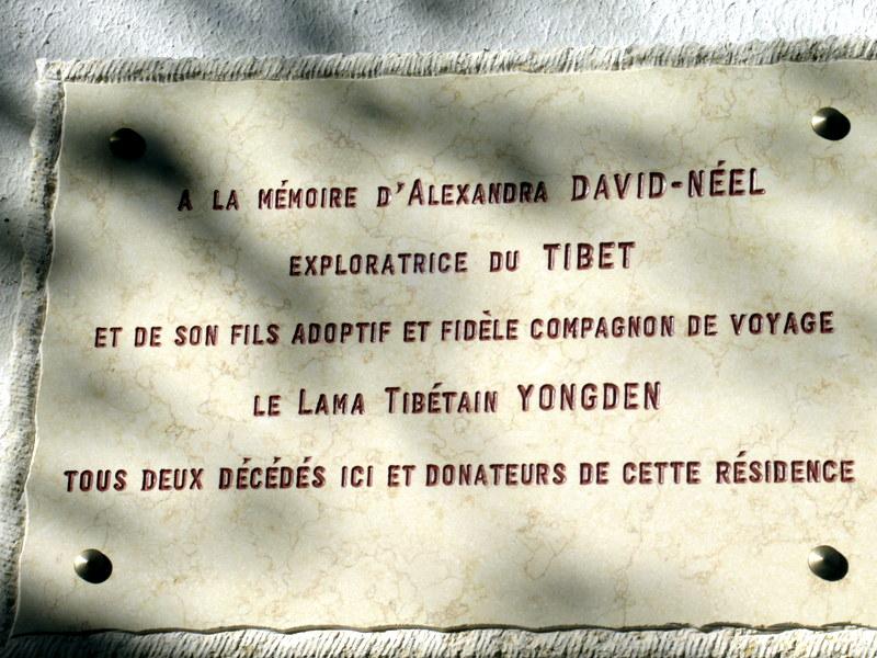 Digne, plaque à la mémoire de l'exploratrice et de son fils adoptif, le lama tibétain Yongden