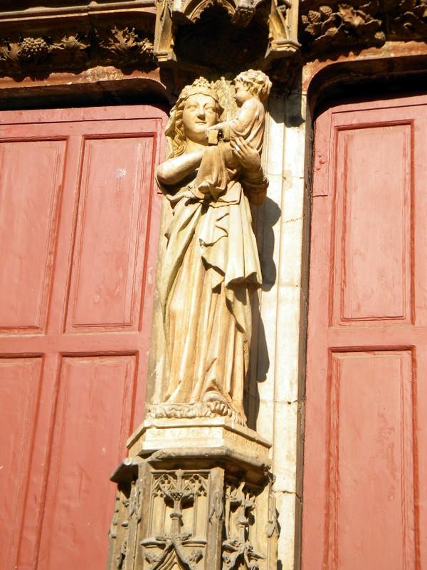 Aix-en-Provence, portail de la cathédrale, vierge au sourire