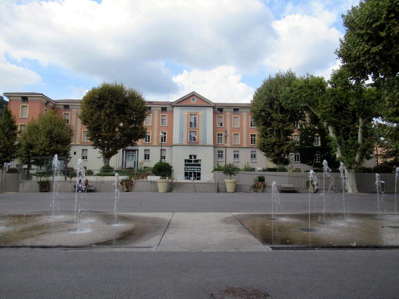 Digne, Place de l'Hôtel de Ville avec des jets d'eau