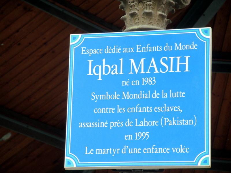 Digne, kiosque, plaque en mémoire d'Iqbal Masih