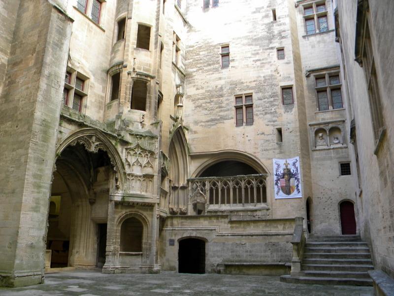 Château de Tarascon, cour d'honneur