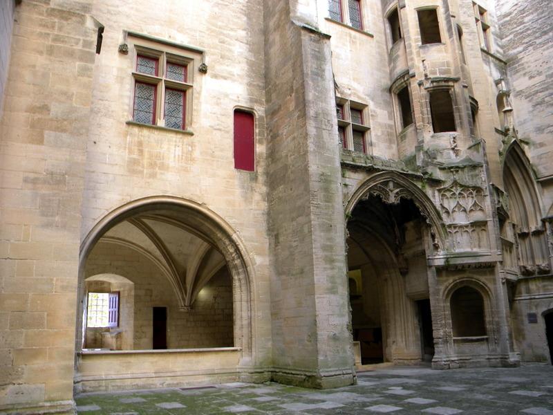 Tarascon, la cour d'honneur du château