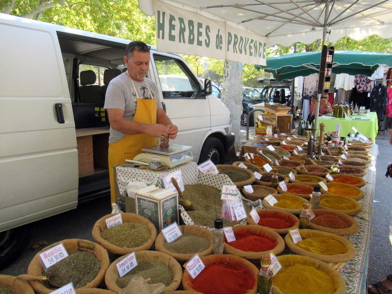 Provence, marché de Fontvieille, étal d'herbes aromatiques et d'épices