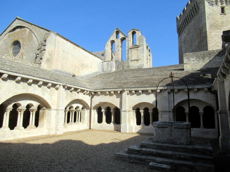 Provence, abbaye de Monmajour, la cour du cloitre