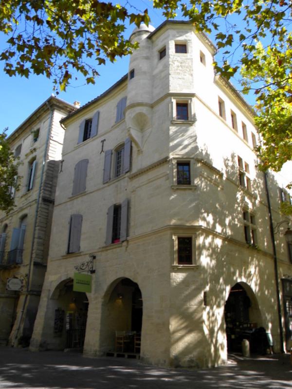 Uzès, Place aux Herbes, maison à tourelle