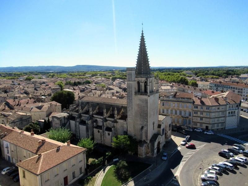 Tarascon, château, l'église Sainte-Marthe vue depuis les terrasses
